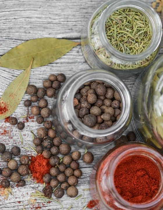 Gesunde Alternativen zu Salz in Form von Kräutern und Gewürzen reduzieren das Bluthochdruckrisiko