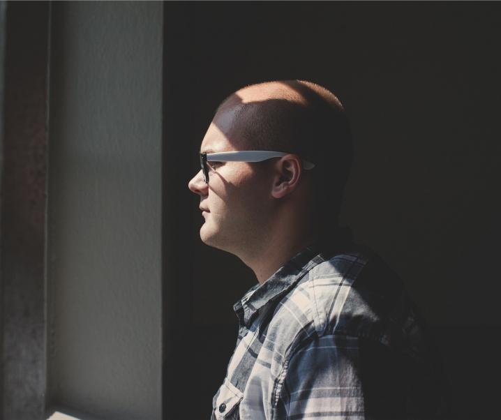 Neue Studie zeigt Verbindung zwischen Überarbeitung und Haarausfall
