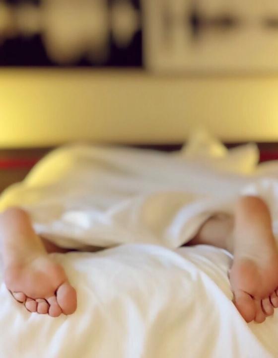 Schlecht geschlafen? Bereits eine durchzechte Nacht erhöht Alzheimer-Biomarker