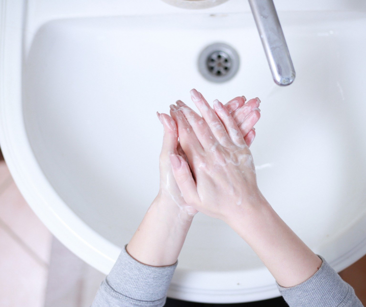 Trockene und raue Hände durch Seife und Desinfektionsmittel? So geht Handpflege richtig
