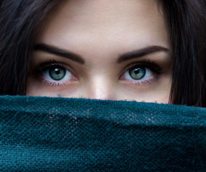 Geschwollene Lider und Tränensäcke? Tipps für eine strahlende Augenpartie