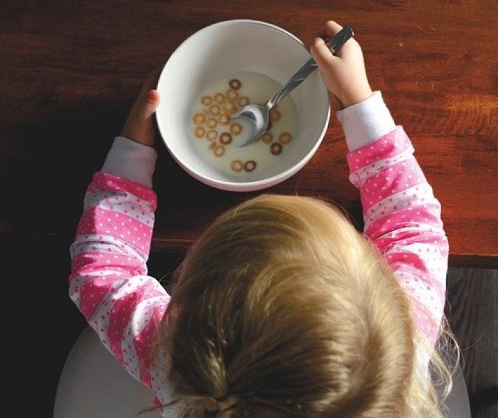 """""""Immer schön aufessen!"""" – Fettleibigkeit bei Kindern vorprogrammiert"""