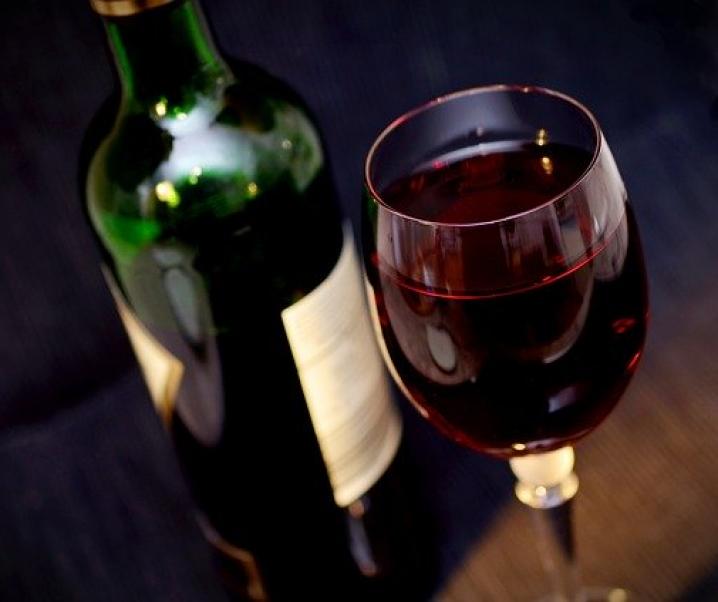 Grünes Licht für das tägliche Glas Wein: Verbesserte kognitive Funktion dank Alkohol