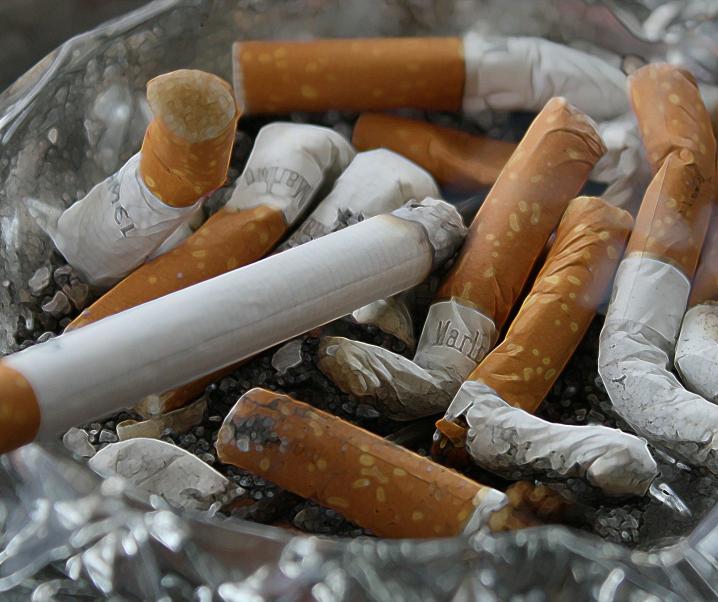Neue Studie: Rauchen und COVID-19 vertragen sich wie Öl und Feuer