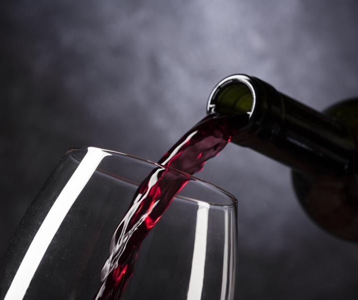 Neues Forschungsergebnis: Abendliches Glas Wein gefährdet die Gesundheit