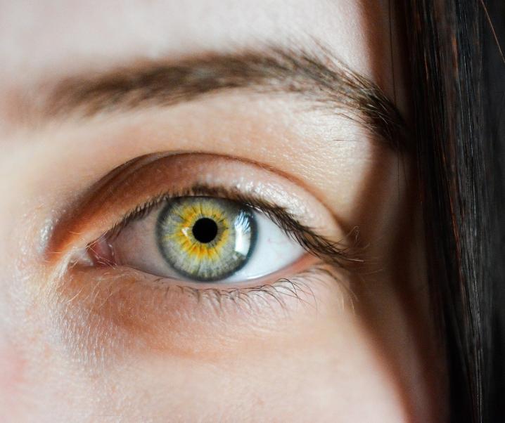 SARS-CoV-2 greift Zellen des Auges an: Ist künftig auch ein Augenschutz notwendig?