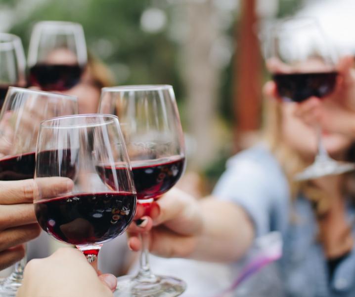 Mit einem Glas Wein auf die COVID-19-Impfung anstoßen? Ärzte raten ab
