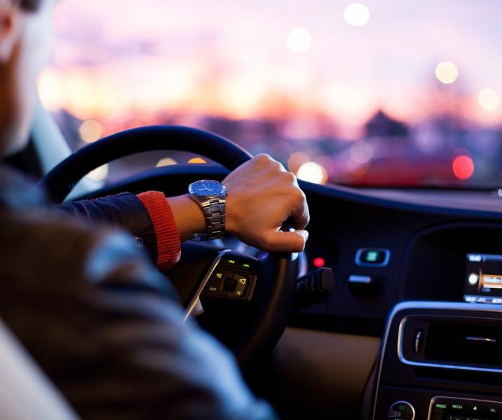Gefahr am Steuer: So beeinträchtigen Herzerkrankungen die Fahrtauglichkeit