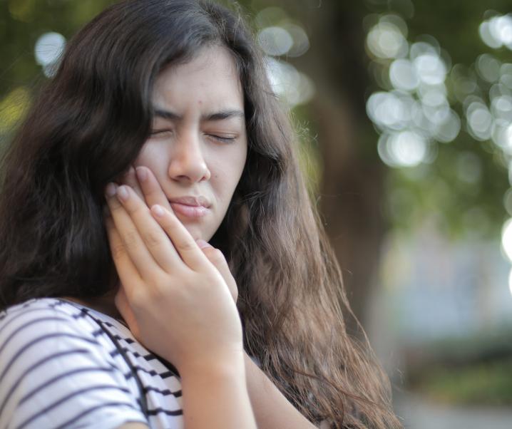 Beschwerden bei kaltem oder heißem Essen? Was bei schmerzempfindlichen Zähnen hilft
