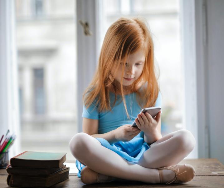 Warum Smartphones abends aus dem Kinderzimmer verbannt werden sollten